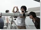 組み立てた望遠鏡で早速のぞいてみる