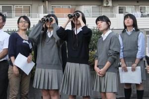 双眼鏡も使って、夕刻の空に現れた金星を観察。